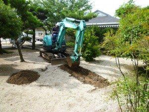 試掘調査 重機で地面を掘っていきます