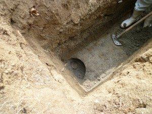 掘り下げたところから土器が。